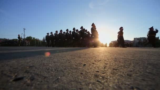 Vojáků s příznakem pochodovat v průvodu