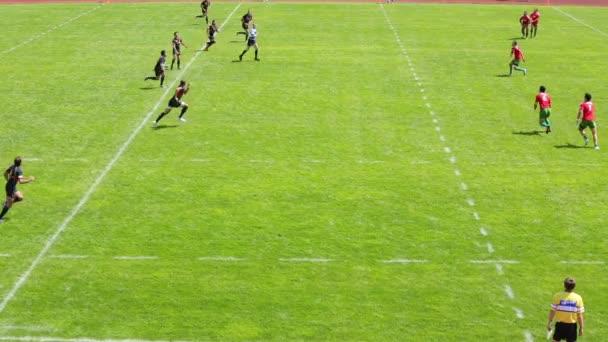 Rögbi játékos rúgja a labdát a mérkőzés