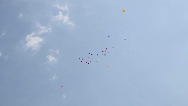 Barevné bubliny plovoucí na modré obloze