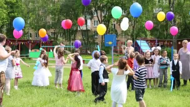 Kinder mit Luftballons im Kindergarten