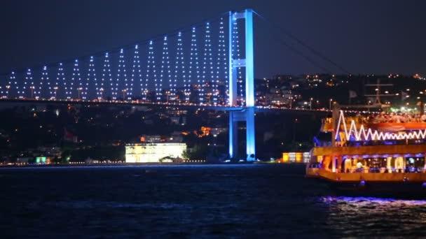 Ataturk most a lodí v noci