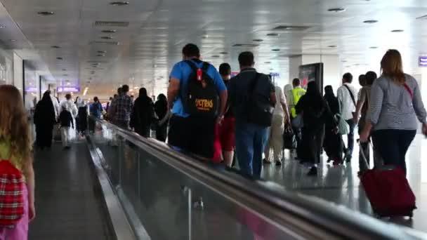 Cestující na letišti Ataturk v Istanbulu, Turecko