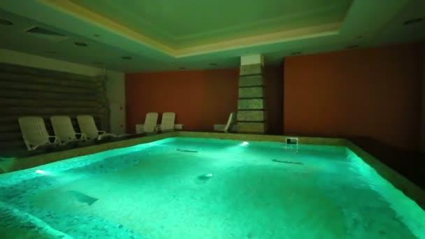 Malý čtvercový bazén s zelené osvětlení