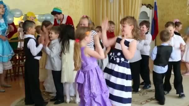 Děti hrají maskované jako Pinocchio a Malvína