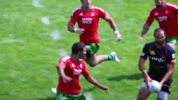 játékos fut a labdával