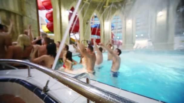 Mladí lidé tančí v bazénu