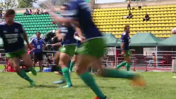Rögbi játékos halad a labda a képzés