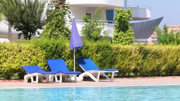 Lettino vuoto blu vicino piscina