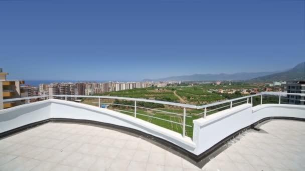 Balkón s výhledem na zelené zahrady
