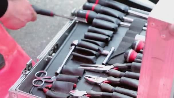 Kfz-Mechaniker arrangiert Werkzeugkasten
