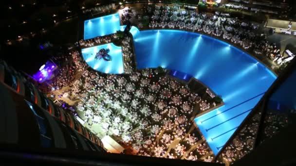 Bazénová party s lidí, kteří sedí u stolu