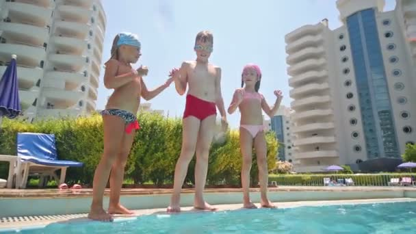 Drei Kinder in Pool springen