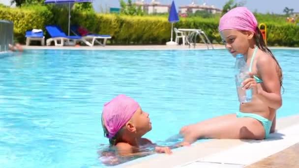 Dvě malé holčičky u bazénu
