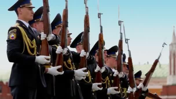 Kadeti prezidentské Regiment otáčí pušky