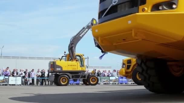 Lidé sledují stroje Volvo na budování