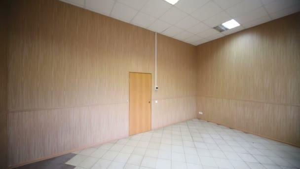 Camera ampia e luminosa vuota