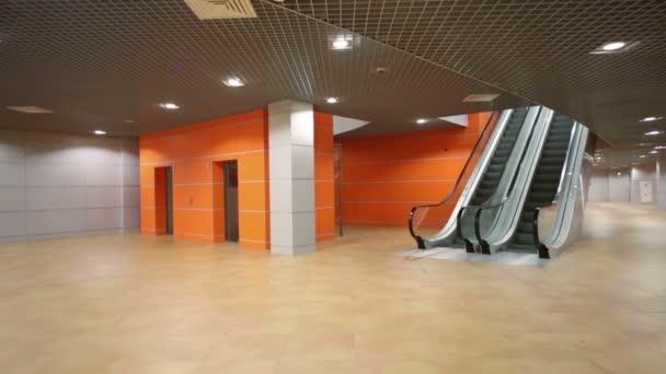 Prázdné moderní velký sál s eskalátor