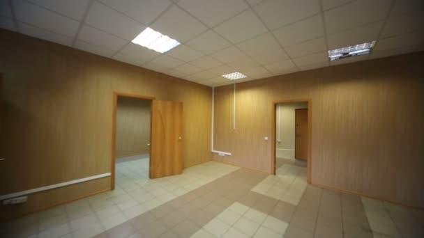 Ampia camera con pareti in legno