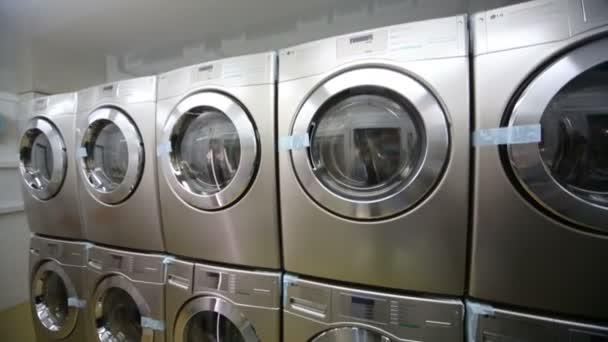 Reihen von rostfreien Waschmaschinen