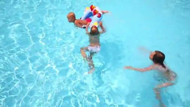 Kinder haben Spaß im pool