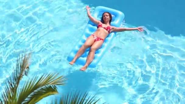 Krásná dívka v plavkách na nafukovací matrace