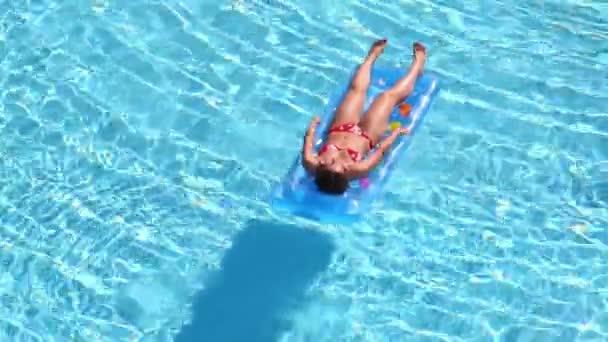 A szép lány a fürdőruhát air matrac