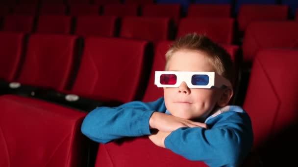 Kleiner Junge in 3D-Brille im Kino