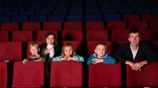 Fiatal szülők három mozi