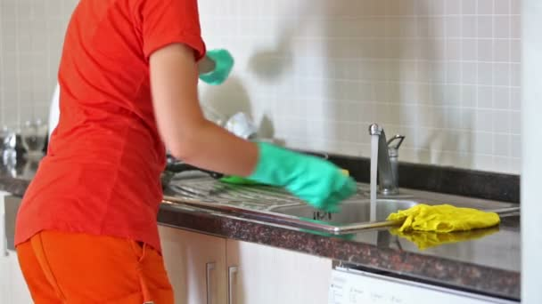 Hausfrau-waschen-Bratpfanne