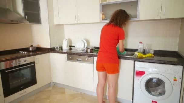 Hausfrau waschen Gerichte mit Küche