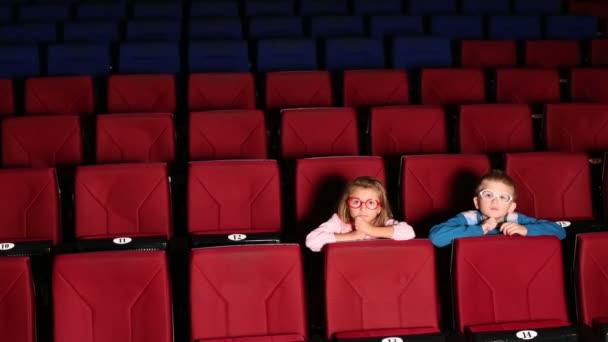 Junge und Mädchen sitzen im Kino