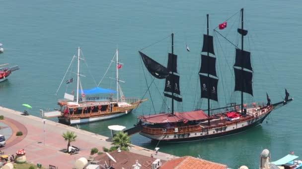 Loď s černými pirát plachty a čluny
