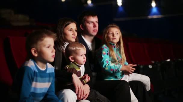 junger Mann und Frau mit drei Kindern