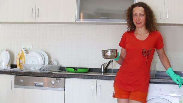 Süße Hausfrau bleibt in Küche