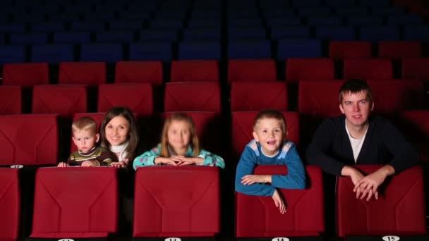 Eltern mit Kindern im Kino
