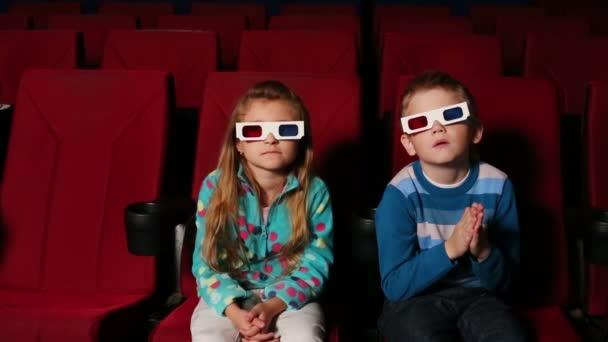 Kleine Jungen und Mädchen in 3D-Brille
