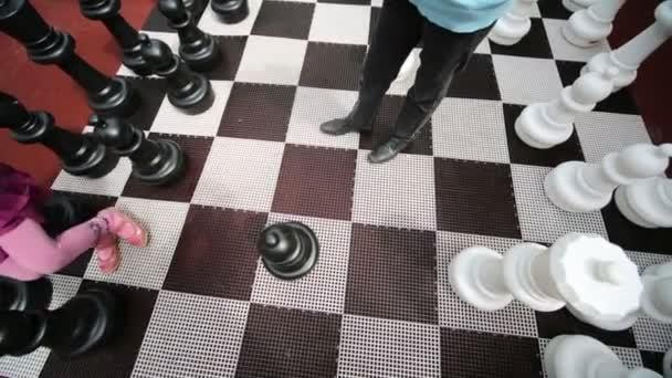 chlapec a dívka hraje šachy