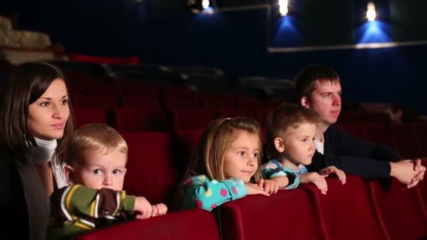 Eltern mit ihren Kindern beim Filmgucken