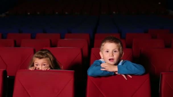 Junge und Mädchen sehen gruseligen Film