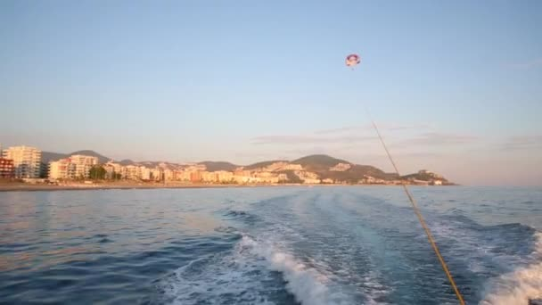 Aliante vola sopra il mare alla sera destate
