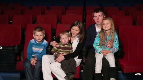 Familie beim Kinobesuch