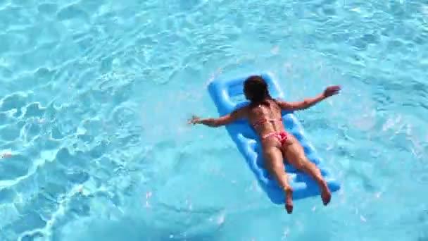 Fiatal lány a fürdőruhát air matrac