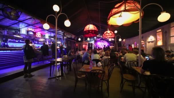 Lidé sedí v kavárně klubu Gogol