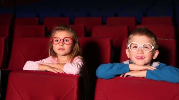 kleines Mädchen und Junge sehen Film