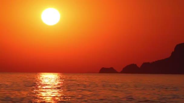 Seelandschaft des roten Sonnenuntergang auf See