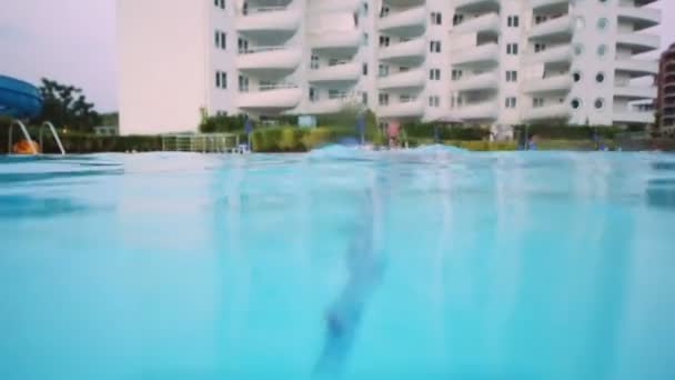 ragazzino nuota in piscina