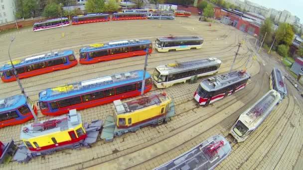 Denní zobrazení: dělníci odcházející tramvajová vozovna, letecký pohled