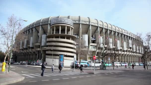 Lidé chodí poblíž Stadion Santiago Bernabéu