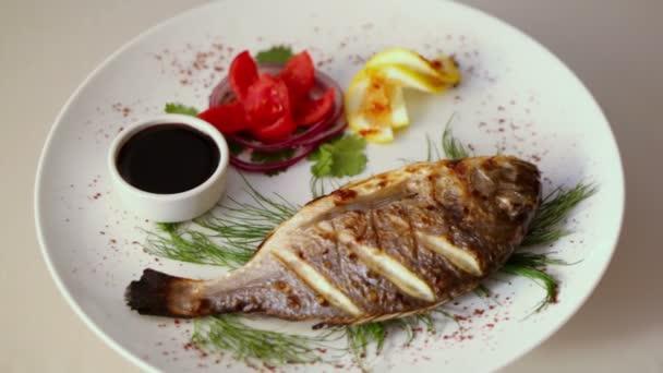 Grilované ryby na jídlo