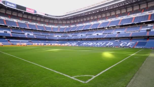 Zelený trávník stadionu Santiago Bernabeu